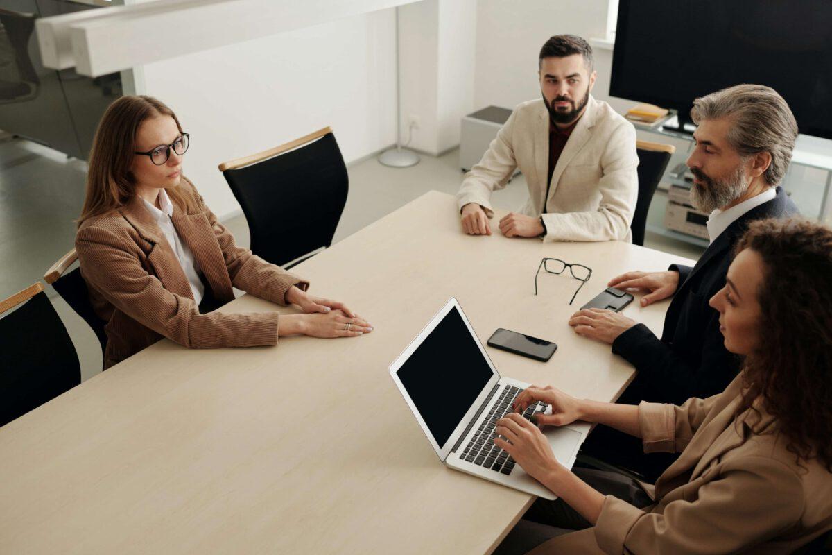 Sneak-peek w komunikacji z klientem – czy to etyczne?